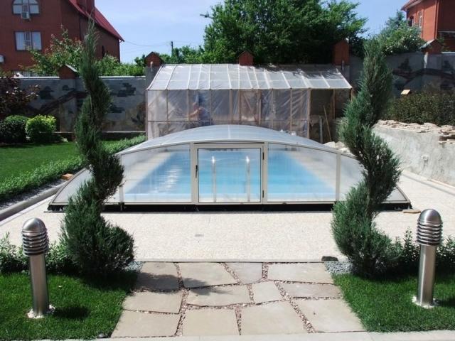 подход к бассейну из толстых плит