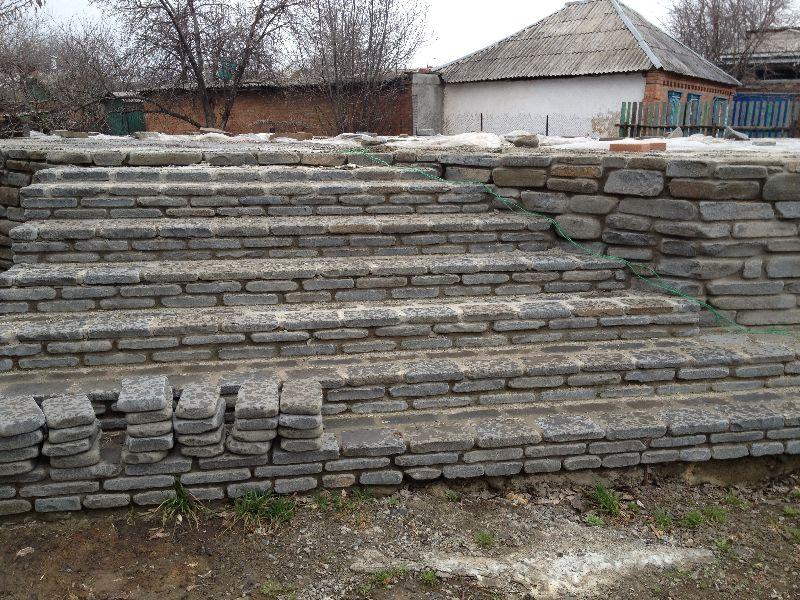 ступени и стенка из галтованного плитняка