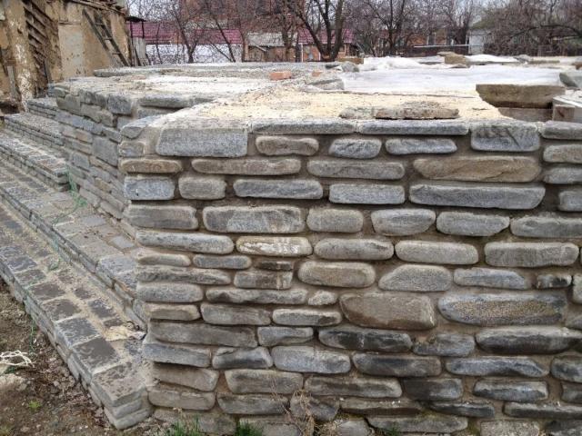 стенка и ступени из галтованного песчаника плитняка