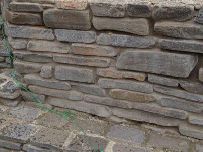 стенка подпорная из толстого галтованного плитняка
