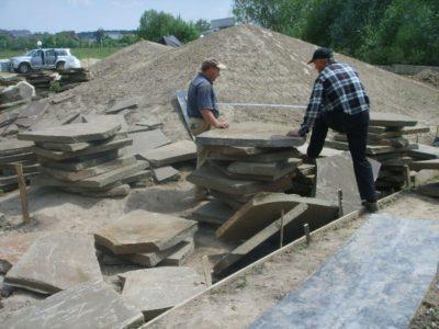 свойства песчаника - подготовка плит для дорожек